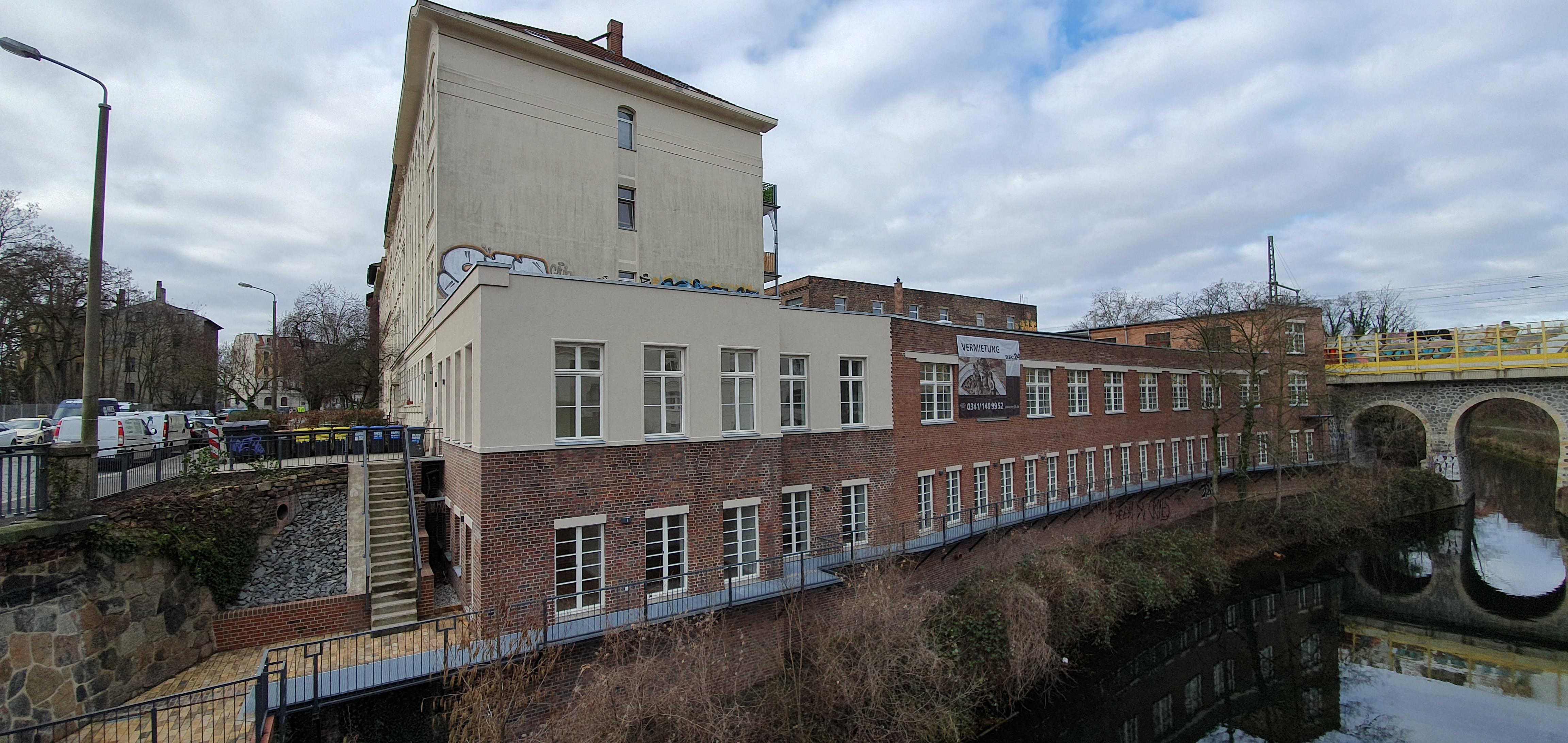 Blick auf das Gebäude Engertstraße 6a vom Wasser aus