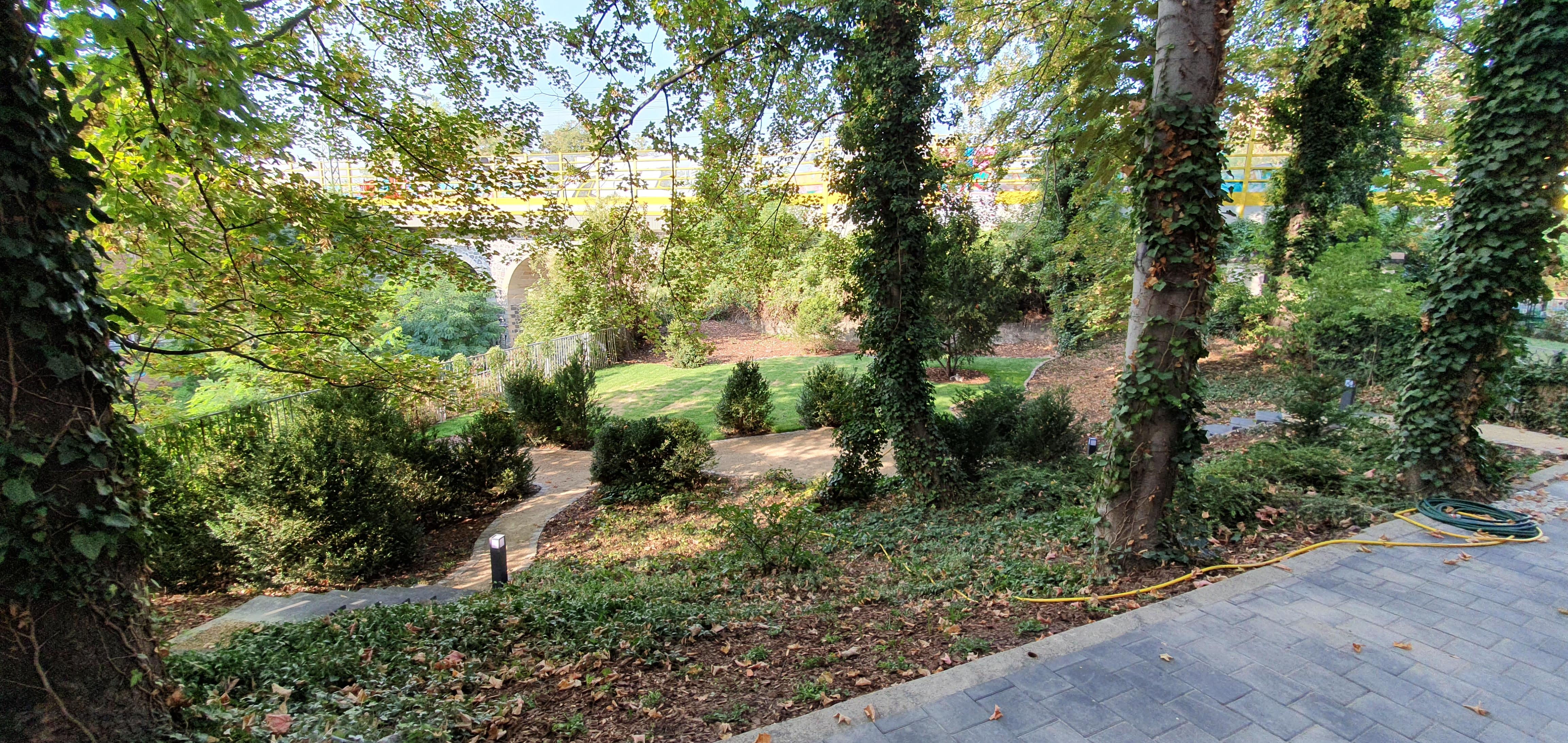 der Garten des sanierten Mehrfamilienhauses in der Engertstraße erstrahlt in neuem Glanz