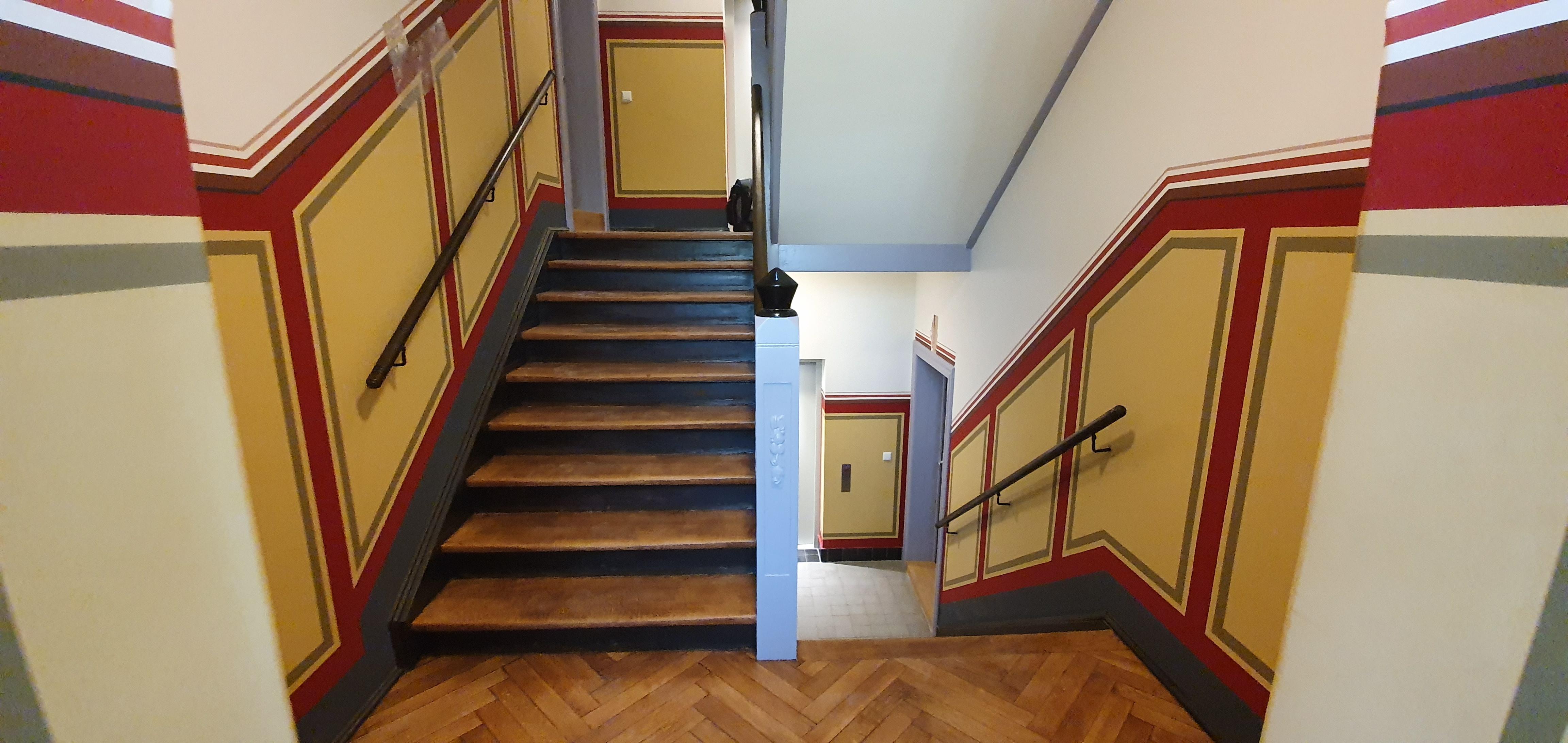 das Treppenhaus des sanierten Mehrfamilienhauses erstrahlt in neuem Glanz